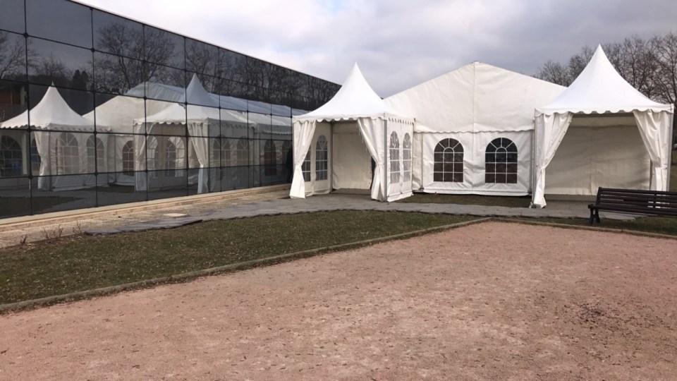 Installation de 2 3x3 en guise de sas d'entrée pour tente chauffée en hiver