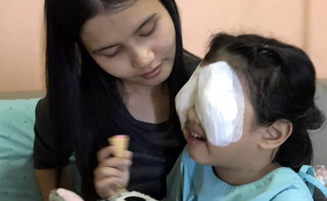 Bebé pierde la vista por jugar con el móvil