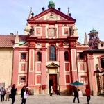 """【チェコ観光】コンサートも開催してる!可愛らしいデザイン!プラハ城にある""""聖イジー教会""""!"""