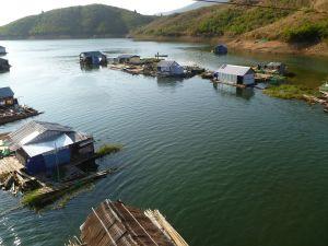 Village de pêcheurs sur un lac