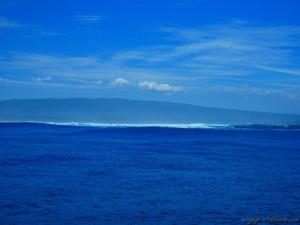 Au loin, les rouleaux s'écrasent sur la côte