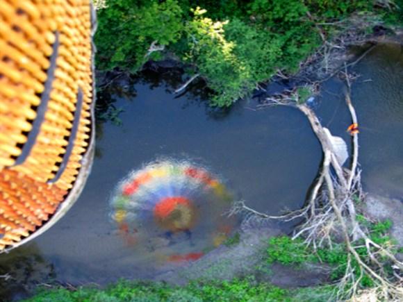 Reflet d'une montgolfière dans la rivière au-dessous