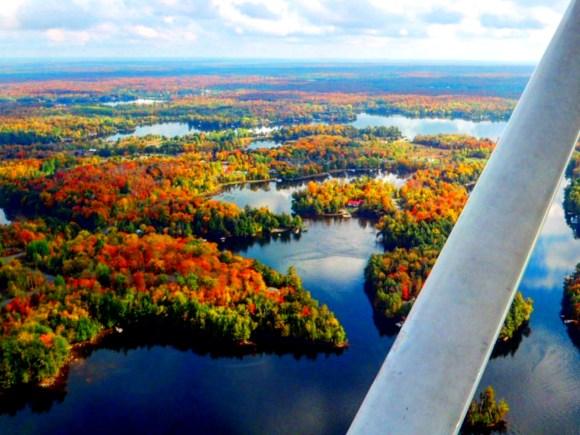 Alt tag: Vue panoramique des couleurs automnales et des lacs de Muskoka depuis un hydravion