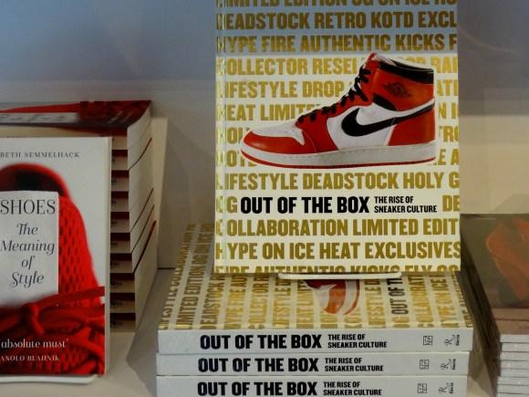Piles de livres uniques sur la chaussure