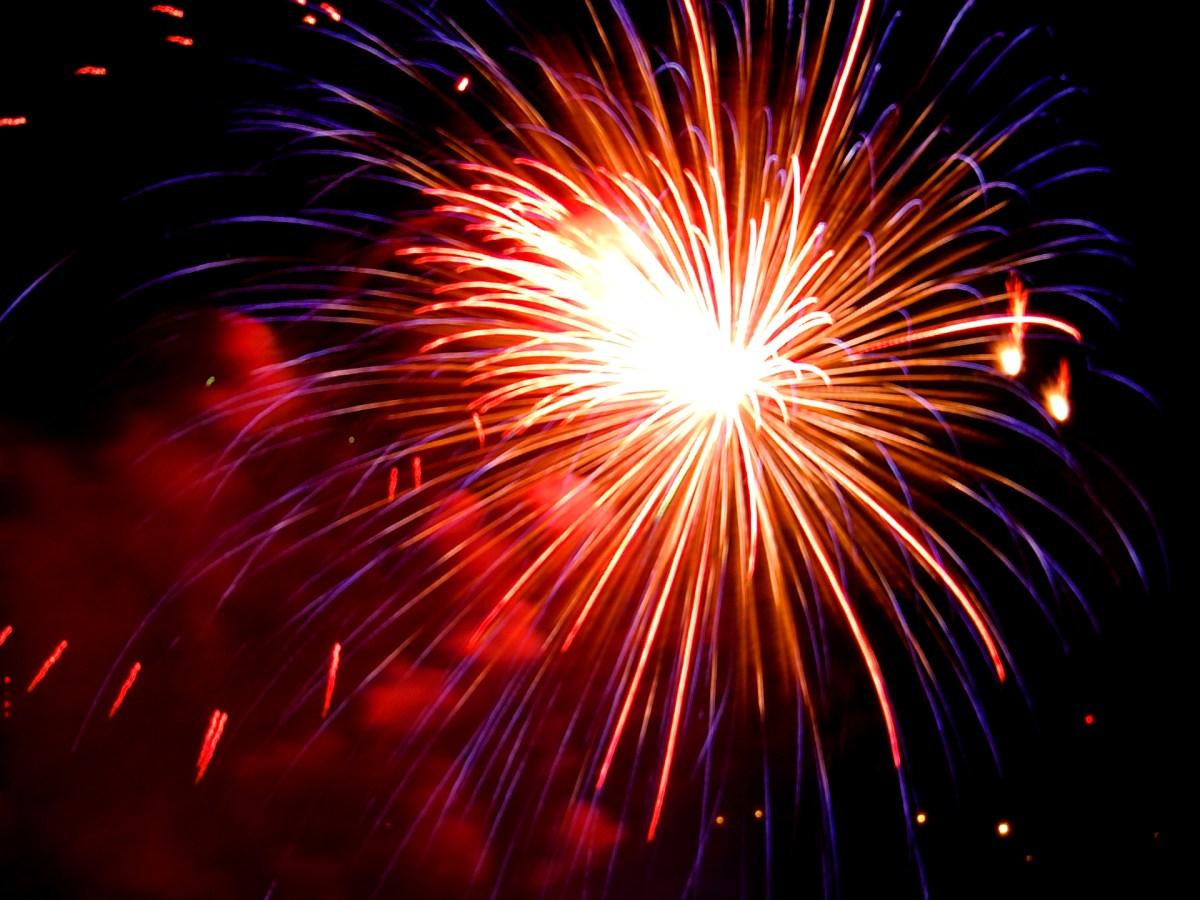 impressionnante explosion de feux d'artifice dans un ciel noir.
