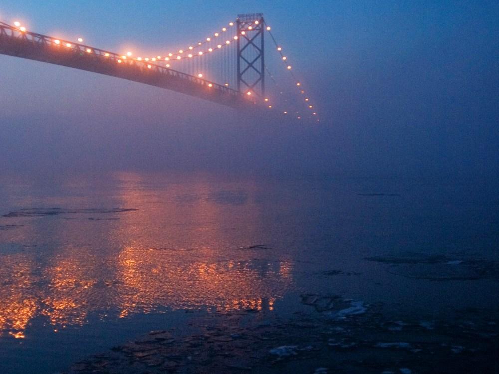Le pont au-dessus de la rivière Detroit, qui relit Windsor et Detroit
