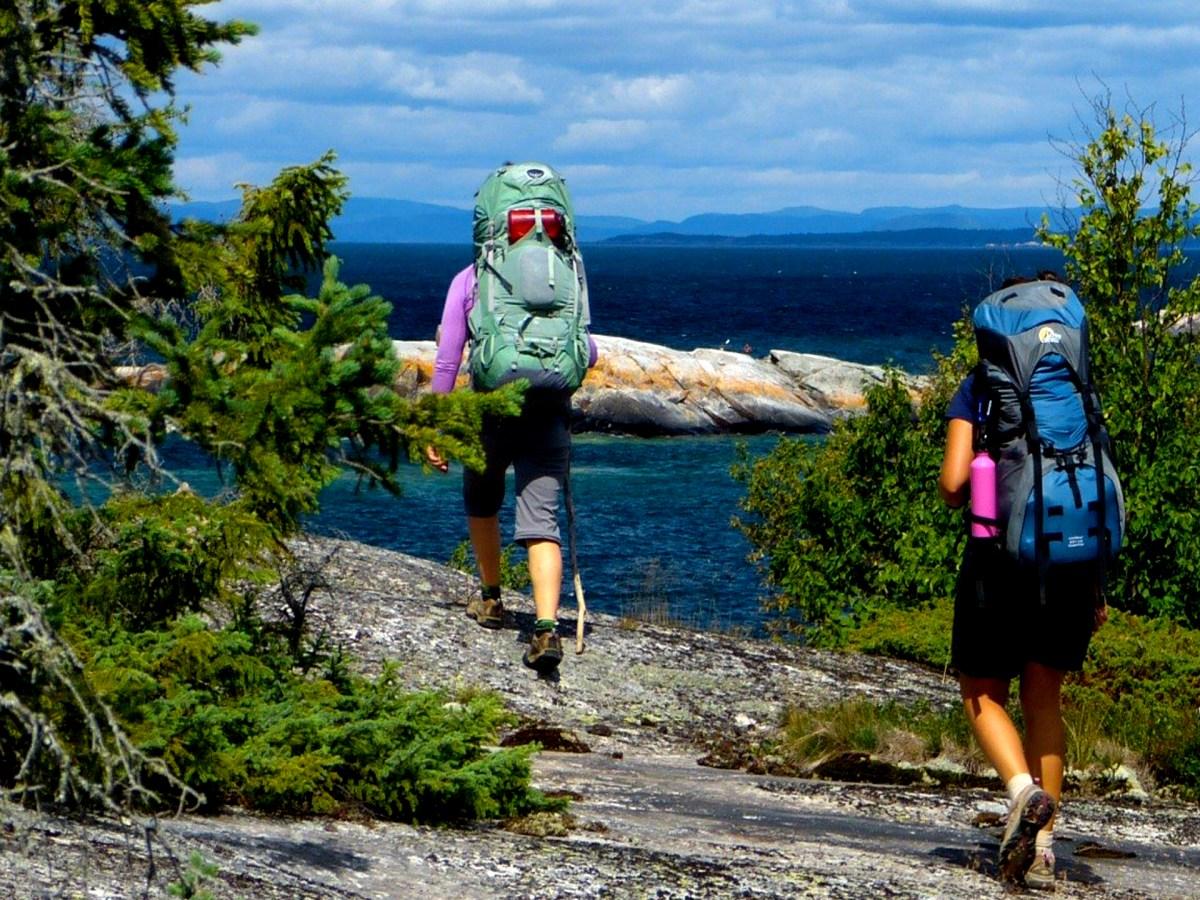 Deux femmes faisant de la randonnée le long de la côte du lac Supérieur.