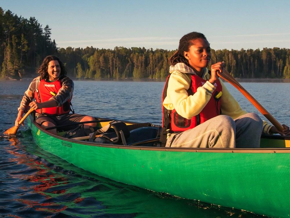 Un homme et une femme faisant du canot sur un lac du Nord de l'Ontario.