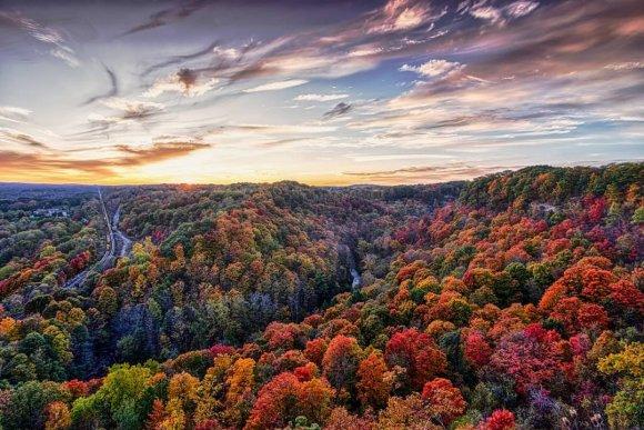 Vue des couleurs d'automne dans la vallée Dundas