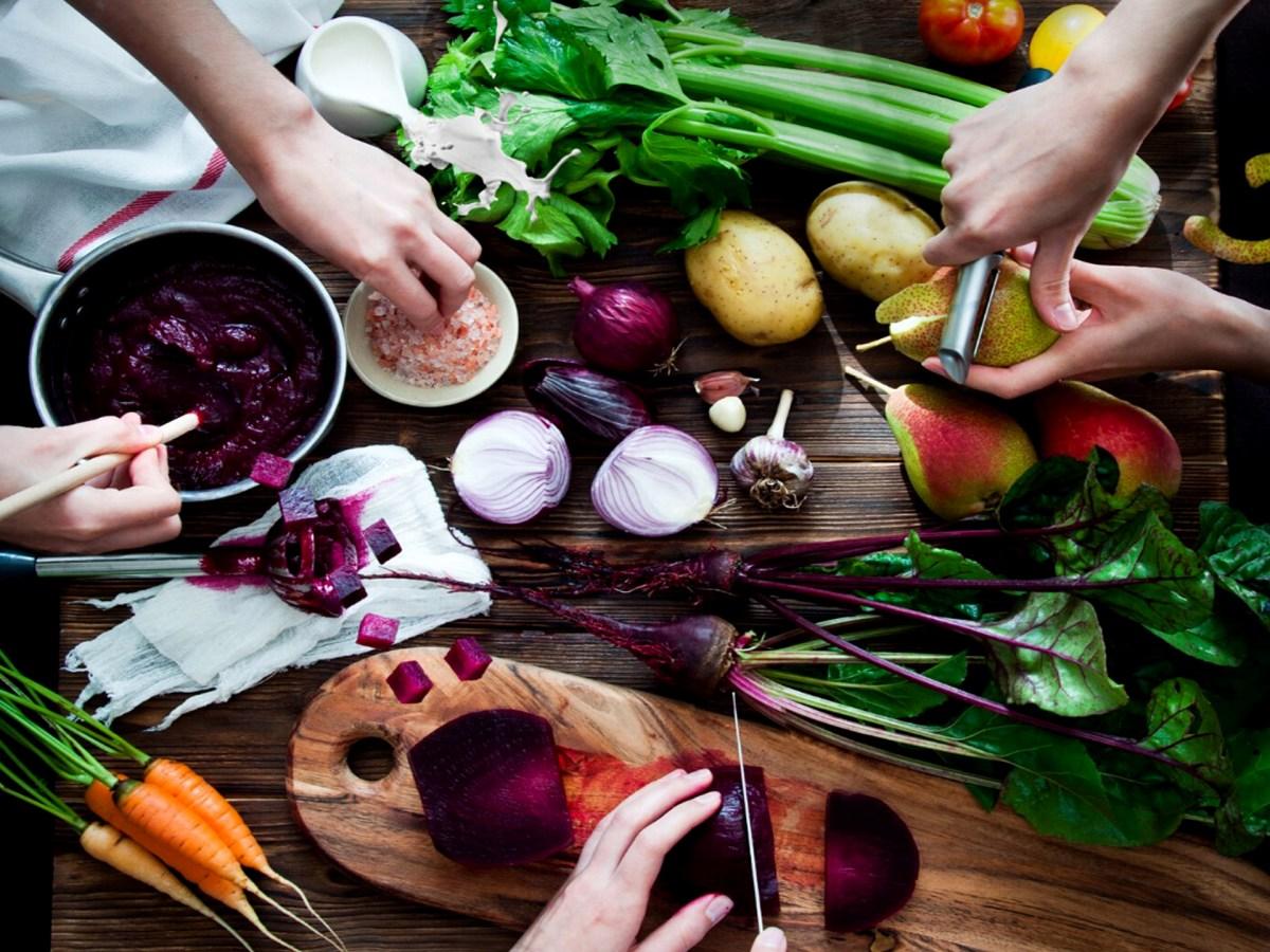 Trois personnes qui préparent des légumes pour un repas
