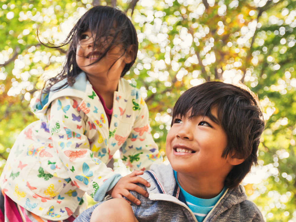 Un jeune garçon et une fille jouant
