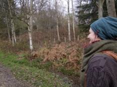 ballade avec Camille dans l'hiver boisé de Forge les Eaux