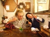 """avec Miwako la """"coiffeuse"""" et derriere une espece de fleur de vie en bois"""