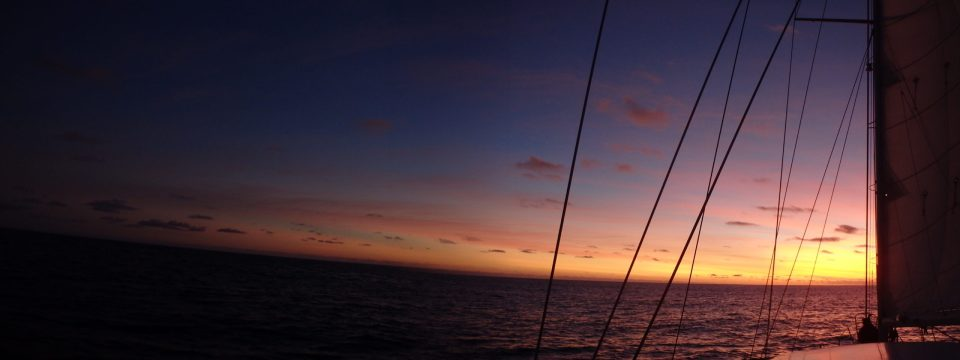 Bientôt la nuit en mer. voyageenvoilier.com