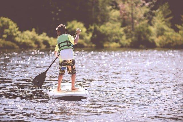 Matériel scolaire en voyage : le baddelsurf, un sport génial en bateau