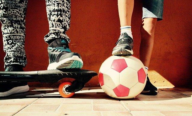 sport en voyage : foot et skatboard
