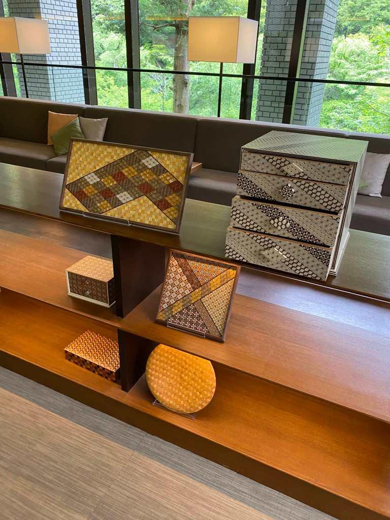 ラウンジにある箱根寄木細工の工芸品