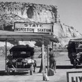 La station d'inspection de l'État avec des falaises peintes derrière - Des raisins de la colère
