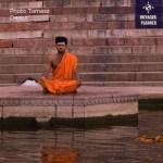medytujacy nad woda
