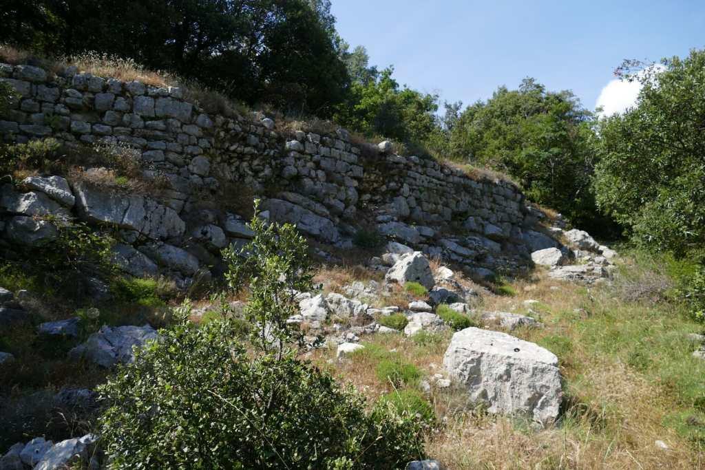 Courmes - mur d'enceinte du village de la Serre de la Madeleine