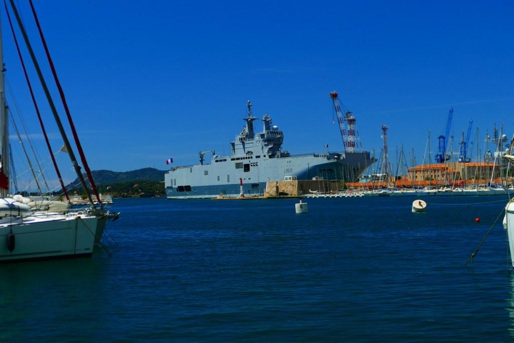Rade de toulon: porte-hélicoptères amphibie Dixmude