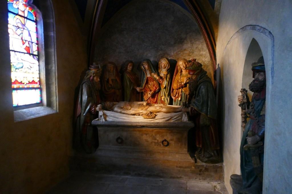 Salers - église Saint-Matthieu - mise au tombeau polychrome