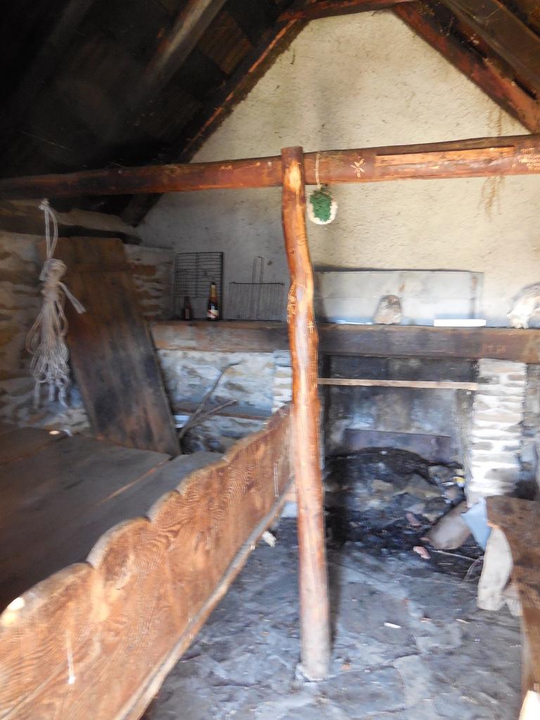 Intérieur de la cabane de Plan Touné, rudimentaire mais relativement propre.