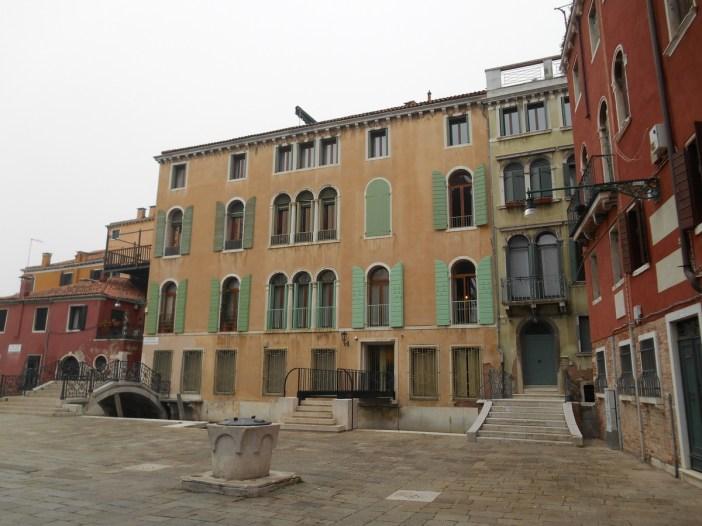 Jolie placette, avec à gauche le pont Guistinian.