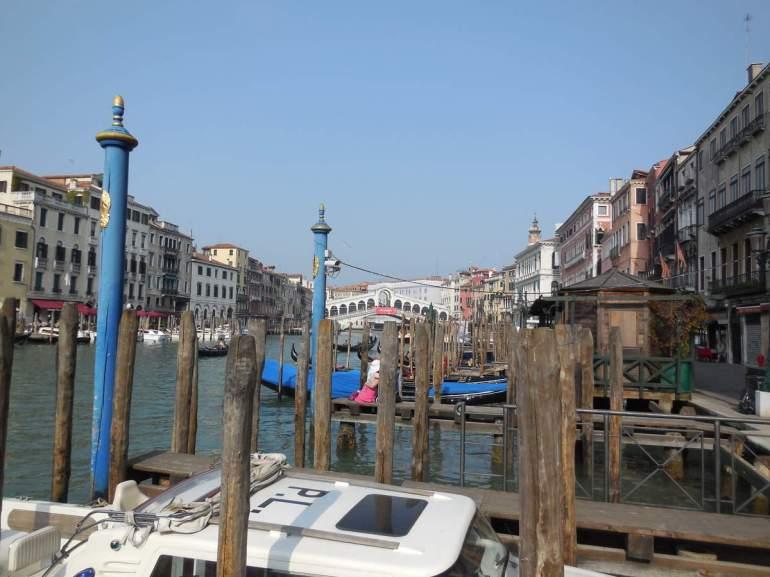 Nous longeons maintenant le Grand Canal jusqu'au pont du Rialto...