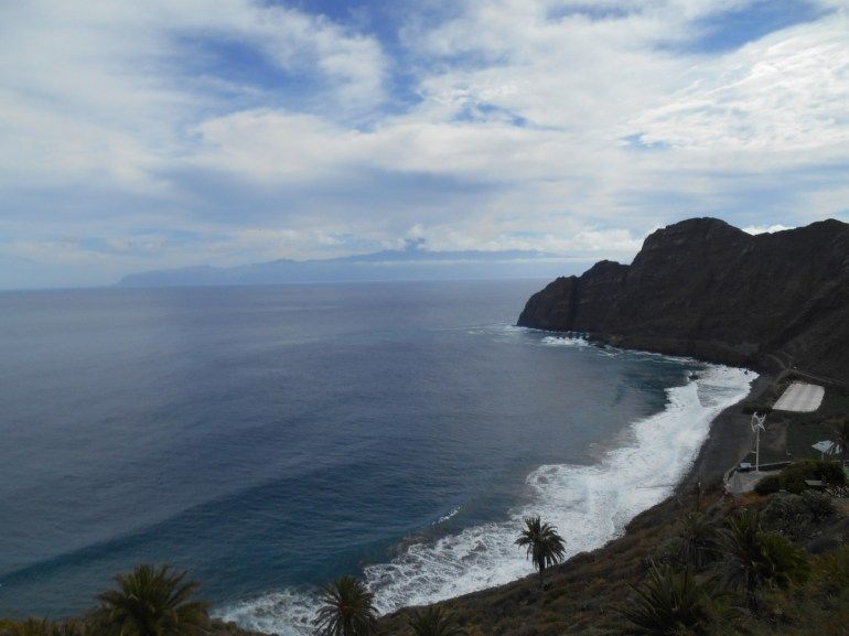 Au fond, dans les nuages, nous pouvons deviner les contours du Teide sur l'île de Ténérife.
