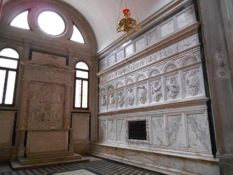 La chapelle Giustiniani décorée de bas reliefs sculptés datés du XVème siècle.