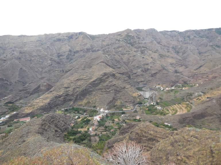 Une vue d'ensemble de San Sebastian jusqu'aux divers barrages située dans cette vaste cuvette.