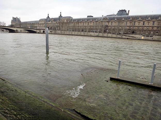 Paris louvre au port des saints peres