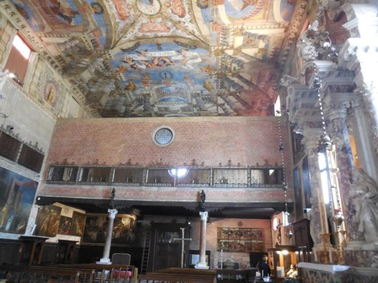 La tribune de chant, soutenue par ces colonnes, elles même surmontées de statues (XVIèmè).