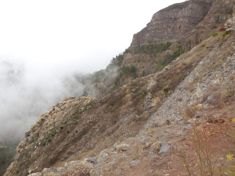 Les différentes couches basaltiques apparaissent nettement.