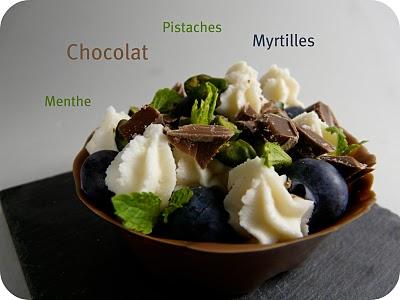 Tartelette en coque de chocolat, myrtilles, pistaches et menthe