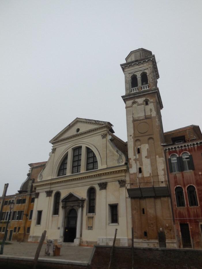 Façade le l'église et son campanile.