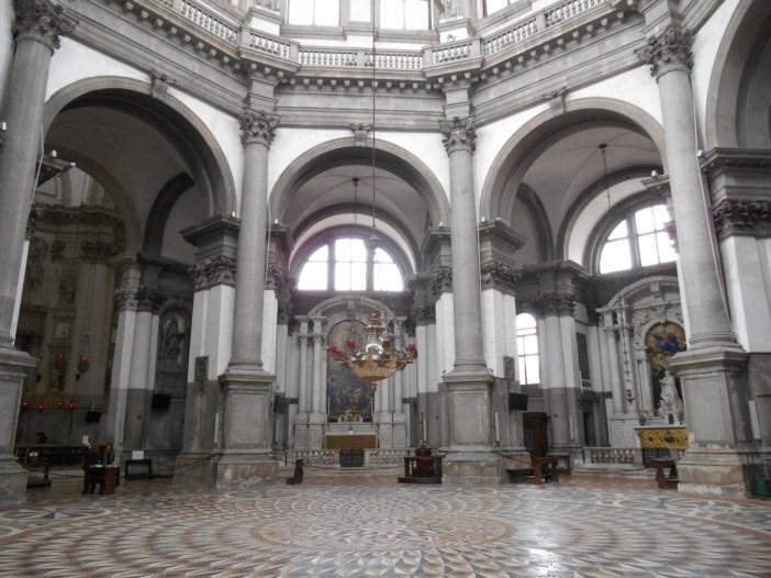 Pavement en marbres polychromes qui converge vers un centre formé de 5 roses...