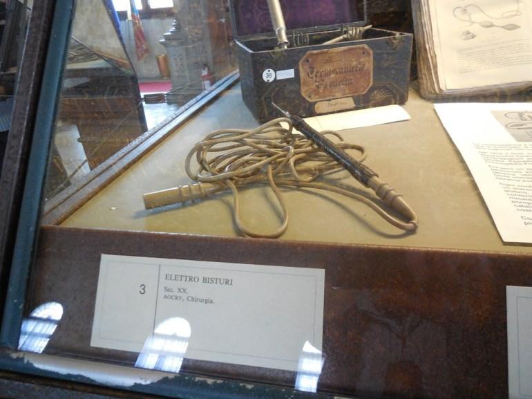 Dans des vitrines sont exposés des objets et surtout des livres et documents du Musée de Médecine.