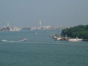 Le ferry défile devant l'entrée du Grand canal