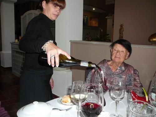 La maîtresse de maison servant les vins