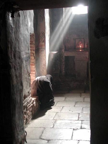 Prière à Gracanica - crédit photo orthodoxphotos