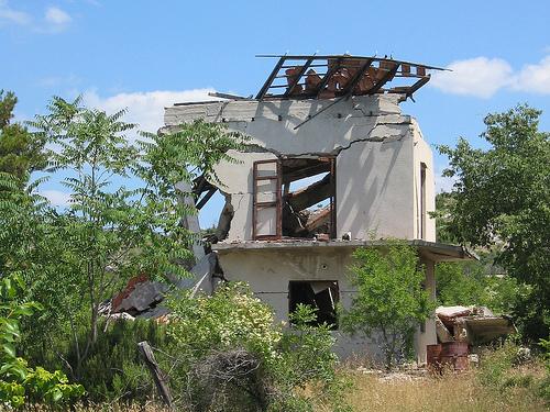 Ruines de guerre sur la route menant à Knin