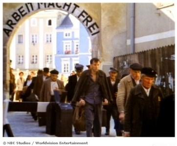 Karl Weiss sortant du camp de concentration d'Auschwitz