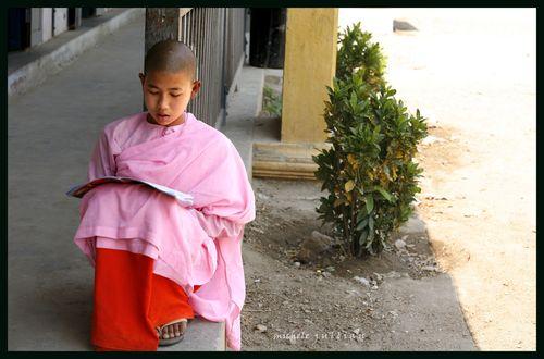Birmanie enfant qui lit