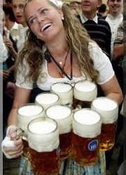 oktoberfest munich bavaroise servant la biere