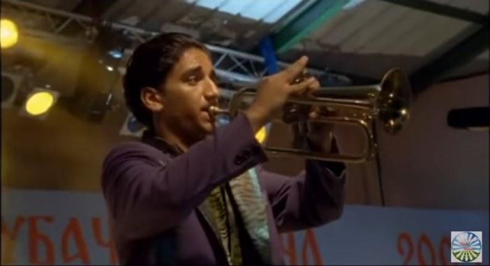 Héros jouant de la trompette Gucha trompette d'or