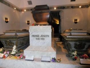 Les tombes de Sissi, de François-Joseph et de leur fils Rodolphe dans la crypte impériale