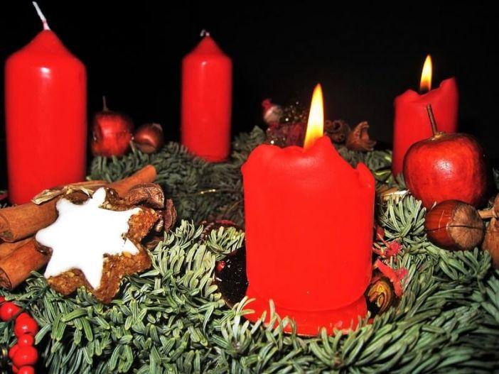 Zimtsterne bougies et couronne de l'Avent