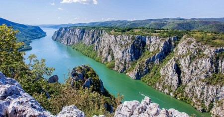 """Die Djerdap Gorge im Nationalpark Đerdap in Serbien, bekannt unter """"Eisernes Tor"""", ist ein über 130km langes Tal, durch das sich die Donau schlängelt"""